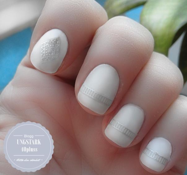 Vita naglar med silver detaljer